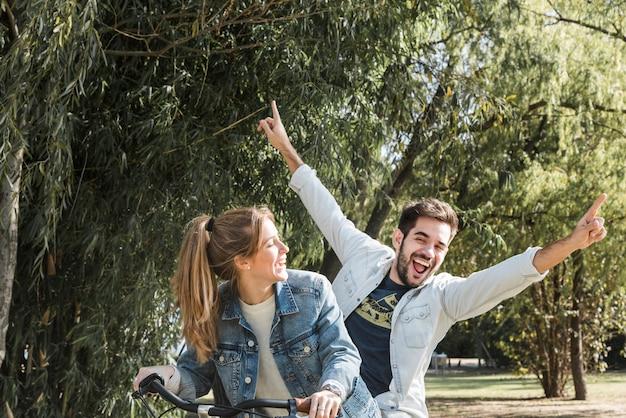 Paar reiten fahrrad im park Kostenlose Fotos