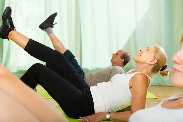Paar rentner im fitnessstudio Kostenlose Fotos