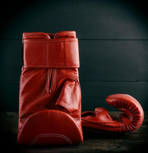 Paar rote lederhandschuhe zum boxen Premium Fotos