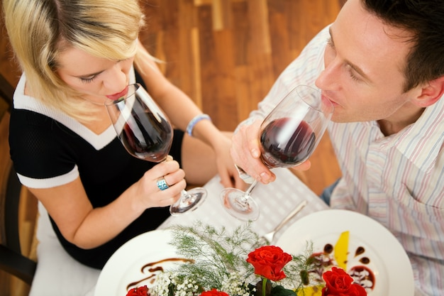 Paar rotwein trinken Premium Fotos