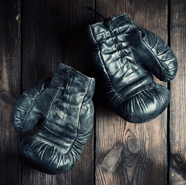 Paar schwarze leder boxhandschuhe sehr alt Premium Fotos