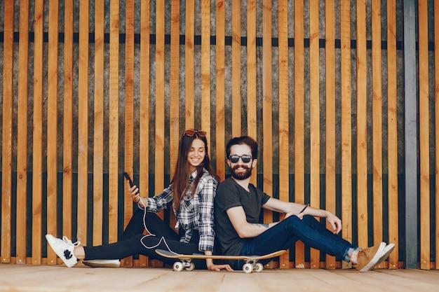 Paar sitzt in der nähe von wand Kostenlose Fotos