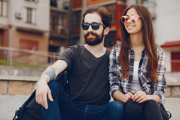 Paar sitzt in einer stadt Kostenlose Fotos