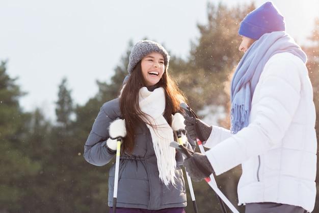 Paar skifahren Kostenlose Fotos