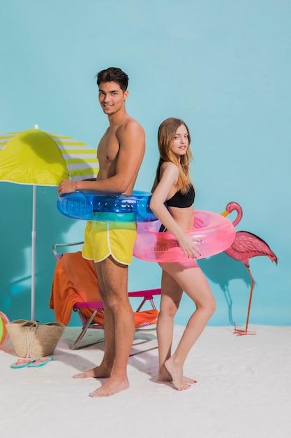Paar stehend am strand mit lebensretter Kostenlose Fotos