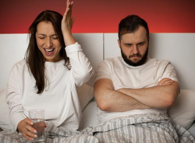 Paar streiten im bett Premium Fotos