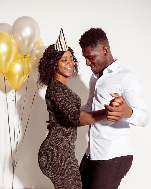 Paar tanzen alles gute zum geburtstag party Kostenlose Fotos