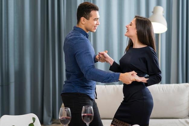 Paar tanzt zusammen am valentinstag Kostenlose Fotos