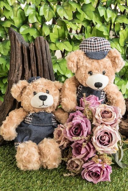 Paar Teddybären mit Rosen im Garten Kostenlose Fotos