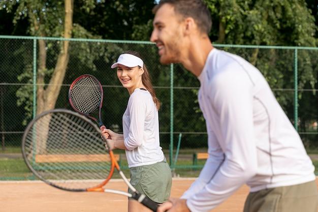 Paar tennis spielen im duo Kostenlose Fotos