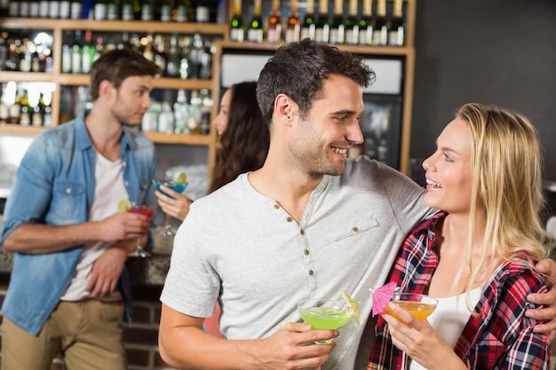 Paar toast mit cocktails Premium Fotos