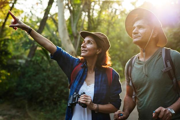 Paar trekking zusammen Premium Fotos
