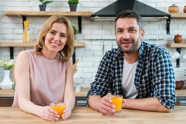 Paar trinkt orangensaft Kostenlose Fotos