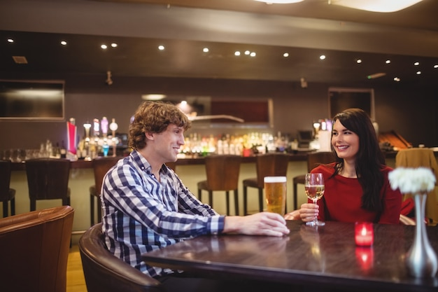 Paar trinkt zusammen Kostenlose Fotos