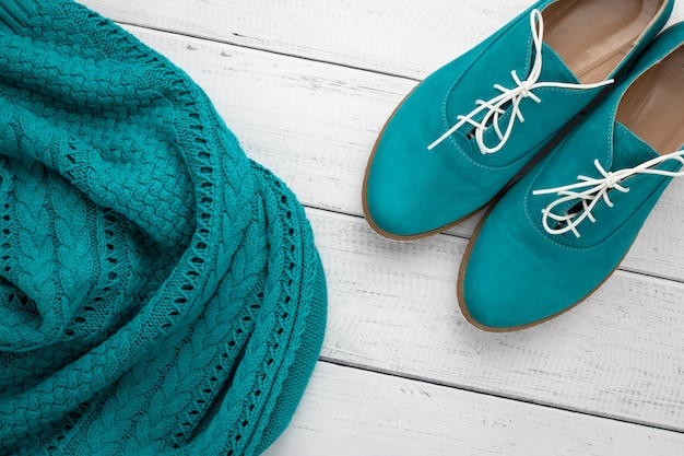Paar türkisfarbene wildlederstiefel und gestrickter aquafarbenpullover. Premium Fotos