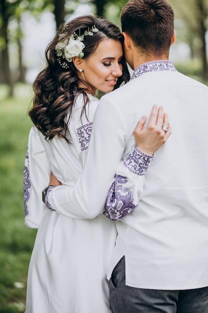 Paar umarmt im wald Kostenlose Fotos