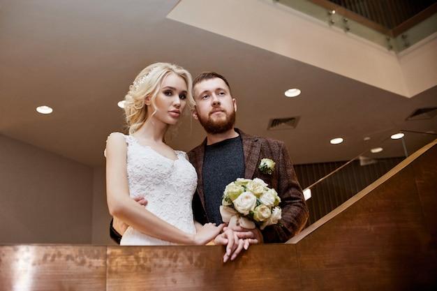 Paar umarmt und geküsst nach der ehe. die braut und der bräutigam umarmen sich Premium Fotos