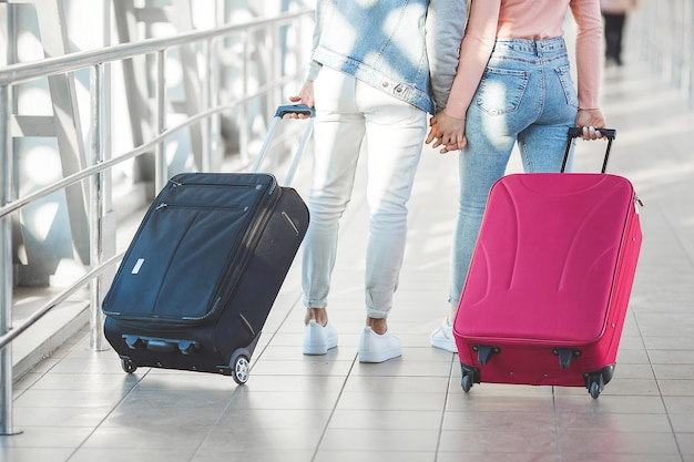 Paar unterwegs. liebhaber reise. junger mann und frau am flughafen. familientour. Premium Fotos