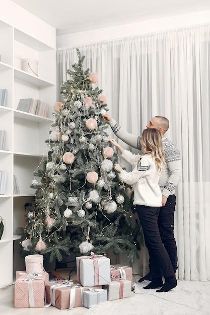 Paar verbringen zeit zu hause mit weihnachtsschmuck Kostenlose Fotos