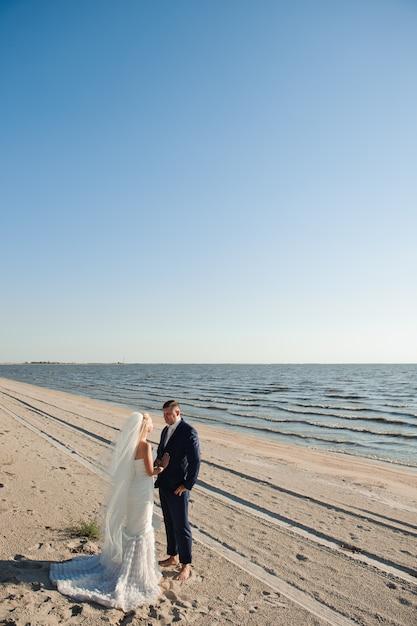 Paar verliebt am strand an ihrem hochzeitstag Premium Fotos