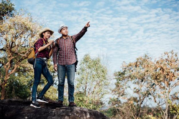 Paar von touristen im wald am berg Kostenlose Fotos