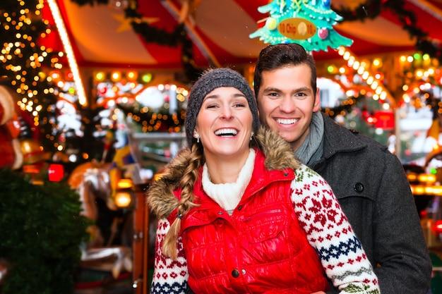Paar während der weihnachtsmarkt oder adventszeit Premium Fotos