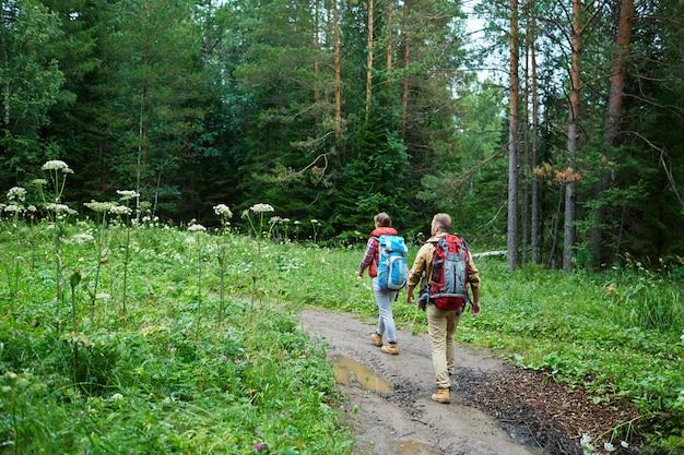 Paar wandern in bergen Kostenlose Fotos