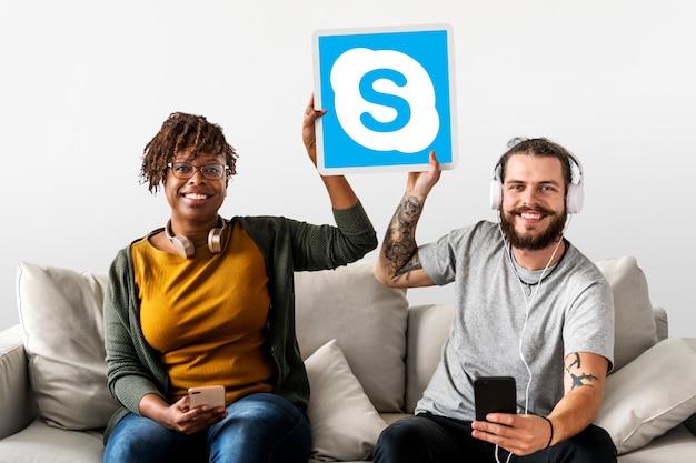 Paar zeigt ein skype-symbol Kostenlose Fotos