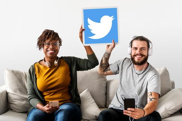 Paar zeigt ein twitter-symbol Kostenlose Fotos