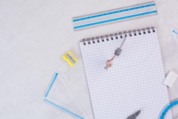 Paar zirkel, die kreis auf papier zeichnen Kostenlose Fotos