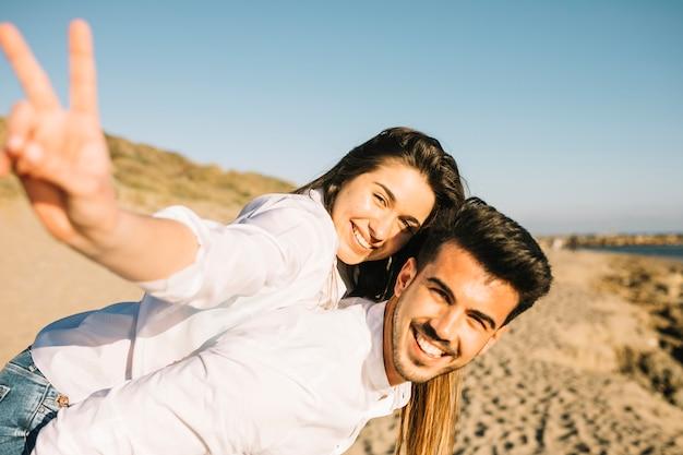 Paar zu fuß am strand Kostenlose Fotos