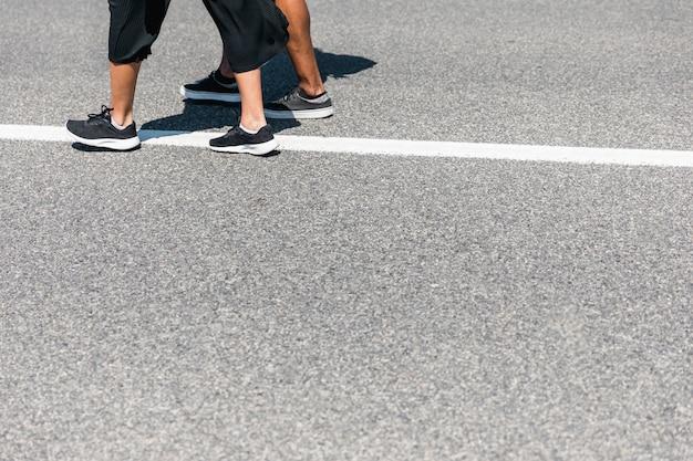 Paar zu fuß unterwegs Kostenlose Fotos