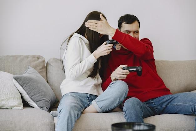 Paar zu hause, das videospiele spielt Kostenlose Fotos