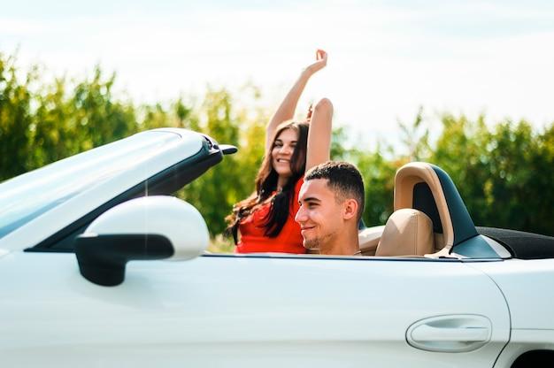 Paare auf der autoreise, welche die sonne genießt Kostenlose Fotos