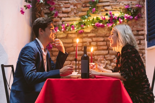 Paare, die am valentinstag zu abend essen Kostenlose Fotos