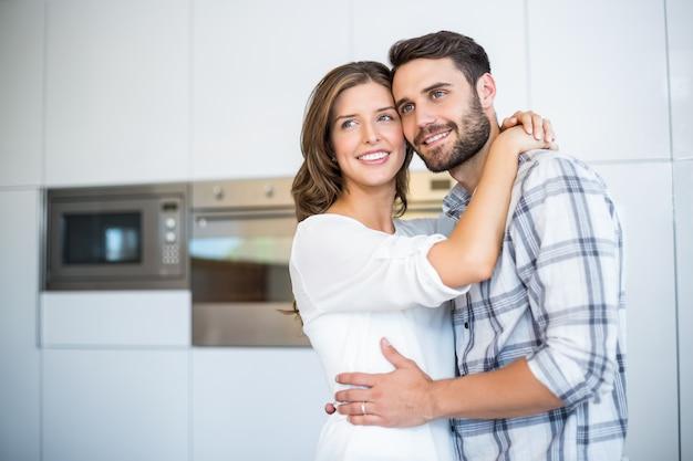 Paare, die bei der umfassung in der küche weg schauen Premium Fotos