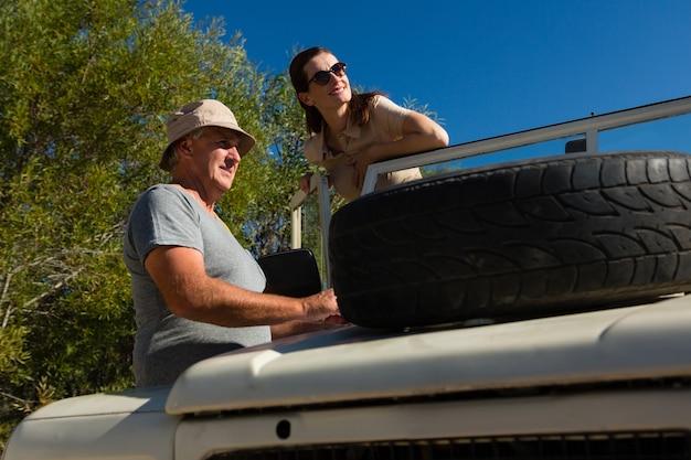 Paare, die beim bereitstehen des fahrzeugs weg schauen Kostenlose Fotos