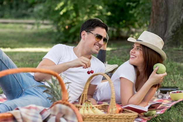 Paare, die beim betrachten einander gesund essen Kostenlose Fotos