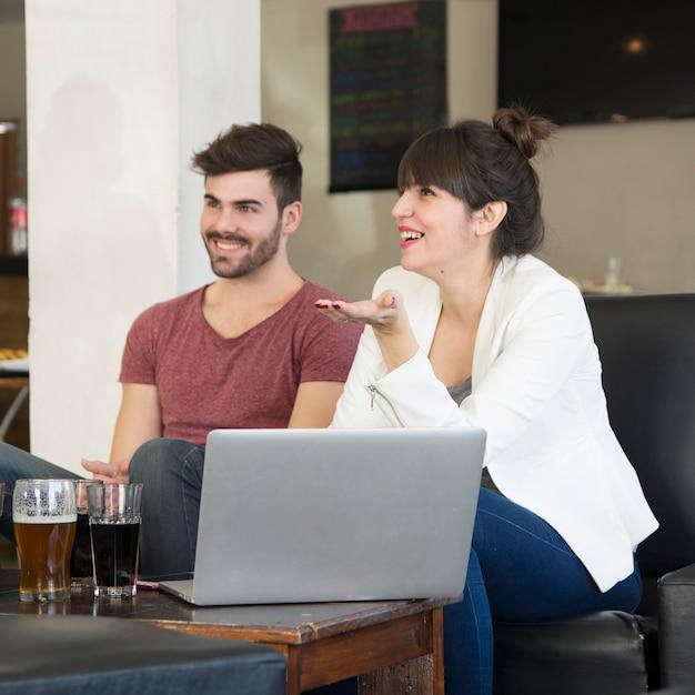 Paare, die das getränk im restaurant genießen Kostenlose Fotos