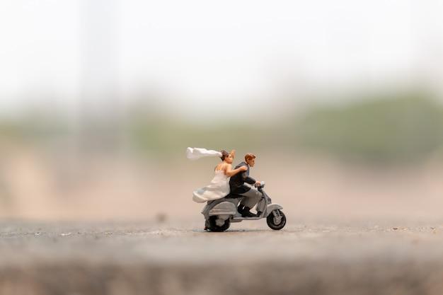 Paare, die das motorrad im garten reiten Premium Fotos