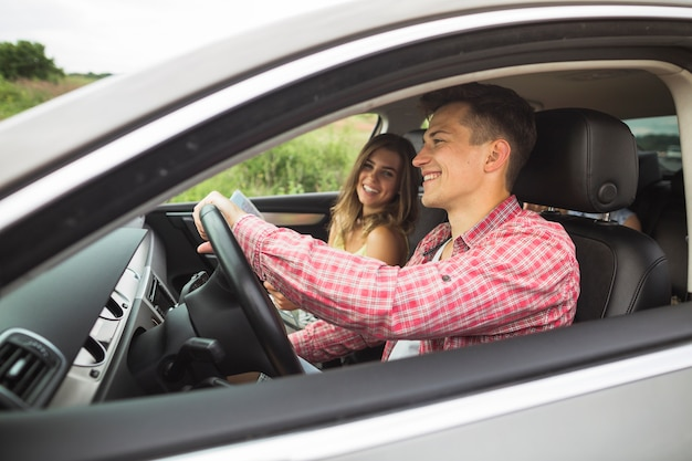 Paare, die das reisen in das auto genießen Kostenlose Fotos