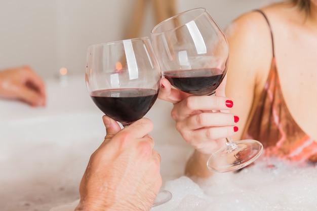 Paare, die ein bad am valentinstag nehmen Kostenlose Fotos