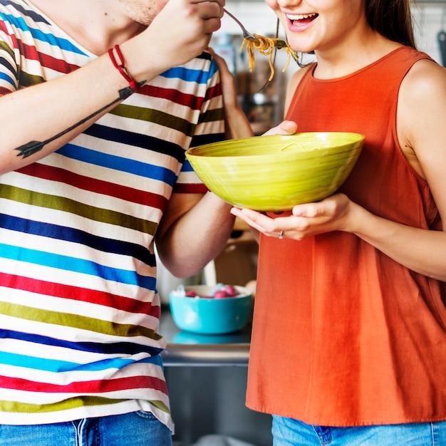 Paare, die eine schüssel spaghettis essend teilen Kostenlose Fotos