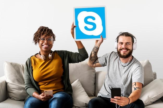 Paare, die eine skype-ikone zeigen Kostenlose Fotos