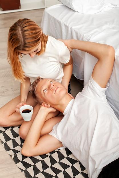 Paare, die einen entspannenden morgen haben Kostenlose Fotos