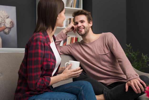 Paare, die einen gesprächsmoment haben Kostenlose Fotos