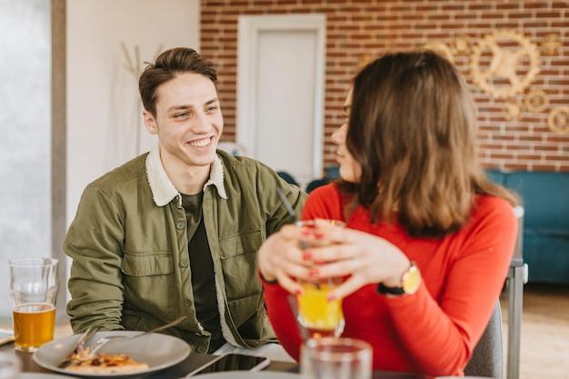 Paare, die einen orangensaft in einem restaurant essen Kostenlose Fotos