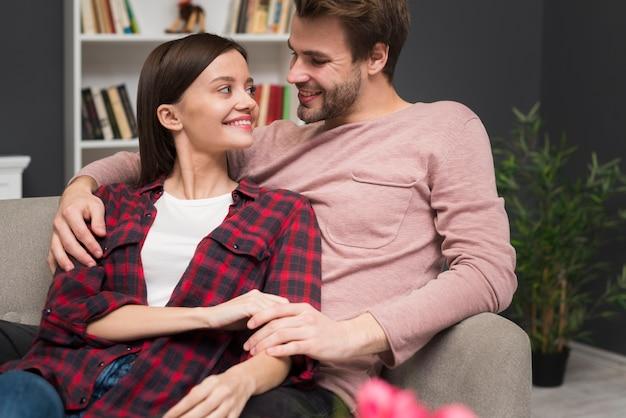 Paare, die einen weichheitsmoment haben Kostenlose Fotos