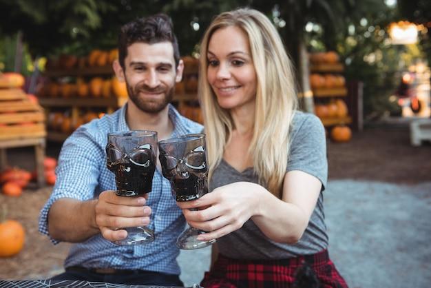 Paare, die gläser wein rösten Kostenlose Fotos