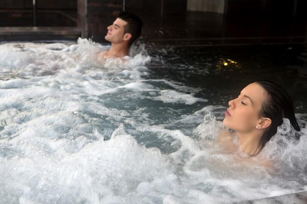 Paare, die im badekurort sich entspannen Premium Fotos